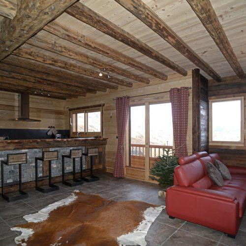 location-chalet-etoile-polaire-cuisine-salon-le-corbier-les-sybelles